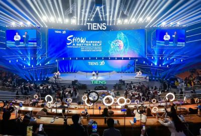 """Skupina Tiens se Drží Rozvojového Přesvědčení """"Objímat Svět a Sloužit Světu""""."""""""
